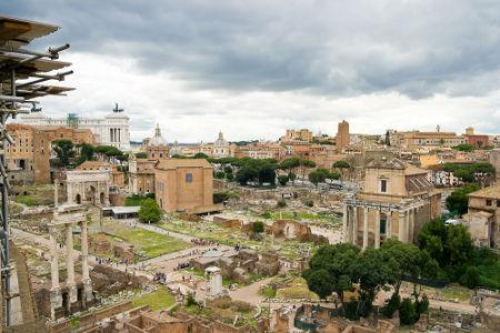 Ruínas do Fórum Romano, construção importante da civilização surgida em Roma, na Itália