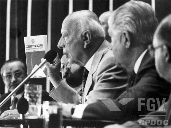 Ulysses Guimarães, presidente da Constituinte, apresentando o texto final da Constituição de 1988.*