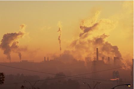 Smog industrial causado por poluição de fábricas