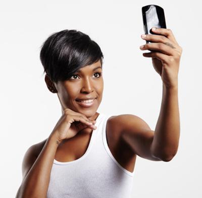 """Em virtude do aumento no número de buscas pelo termo na web, o termo selfie foi eleito pelos dicionários da Universidade de Oxford """"A palavra do ano"""""""