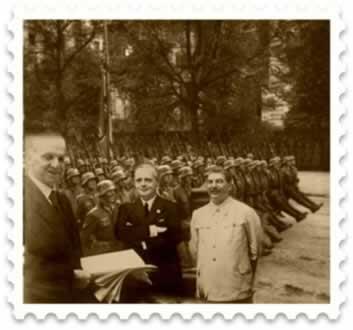 Assinatura do Pacto Germano-Soviético em 1939, pelo representante da Alemanha nazista, Hitler, e pelo líder soviético, Stálin