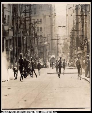 Repressão policial à manifestação de estudantes em Belo Horizonte, em 1966. O AI-2 levou de volta às ruas os estudantes *
