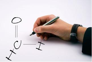 Existem regras estabelecidas pela IUPAC para compostos do grupo dos aldeídos. Um exemplo é o escrito acima, cuja nomenclatura oficial é Metanal.