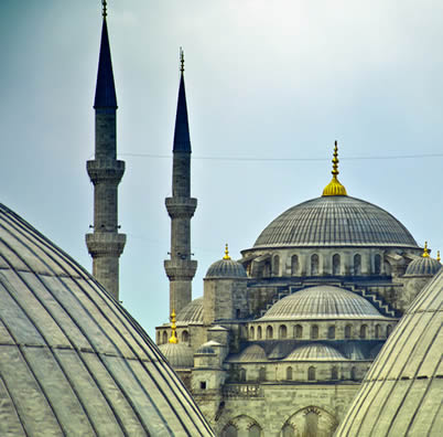 Vista da mesquita azul de uma janela da basílica de Santa Sofia, na cidade turca de Istambul