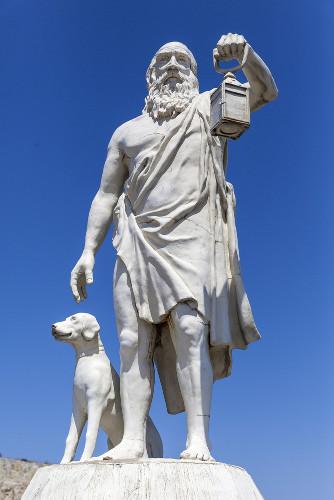 Para Diógenes, o ser humano necessitaria apenas do essencial para sobreviver e ter uma vida feliz