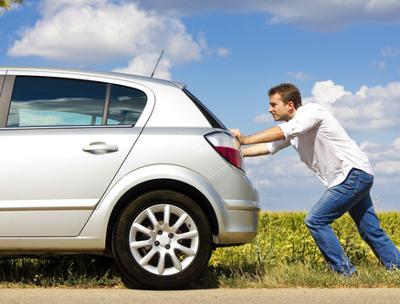 Empurrar um carro é uma forma de realizar trabalho, pois aplicamos uma força sobre ele, causando seu deslocamento