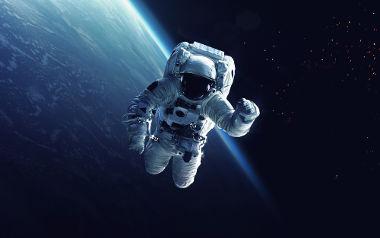 O movimento de queda infinita confere aos astronautas a sensação de falta de peso