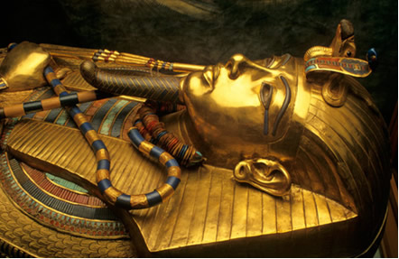 Sarcófagos recobertos de ouro continuam em ótimo estado até hoje devido à baixa reatividade desse metal