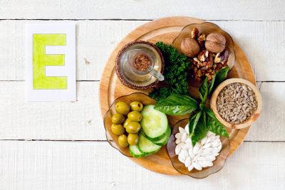 Vegetais verde-escuros e sementes oleaginosas são fontes de vitamina E
