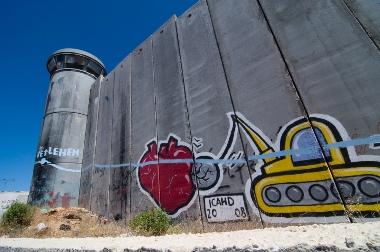 O muro de Israel é frequentemente pintado com imagens e mensagens de protestos em seu lado palestino