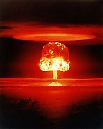 Na explosão de uma bomba atômica, reações nucleares com átomos de urânio 235, obtém-se energia equivalente à quantidade de 50 mil e 100 mil toneladas