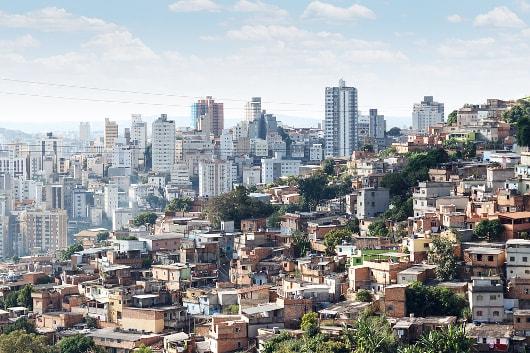 As favelas são exemplos visíveis da exclusão social que vivemos em nossa sociedade