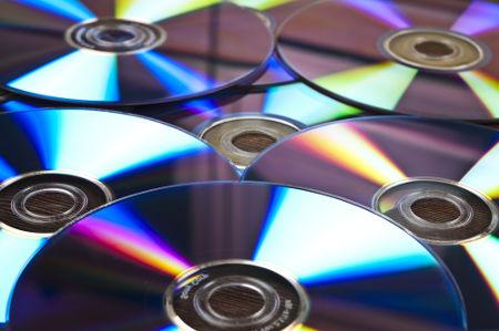Os dados, que serão lidos por um leitor óptico, são gravados nas ranhuras da face lisa dos CDs e DVDs