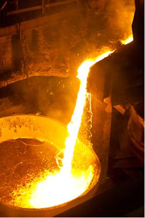 O ferro produzido nas siderúrgicas sai do alto-forno em elevadas temperaturas e na forma de um líquido bem denso, que é levado para ser moldado