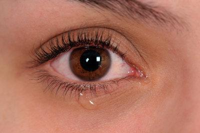 As lágrimas estão presentes nos olhos para garantir a sua proteção