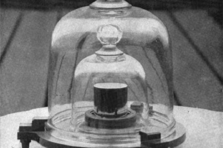Fotografia de 1915 do protótipo de quilograma dos Estados Unidos envolto em uma redoma de vidro