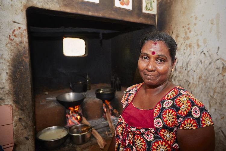 Muitas famílias em todo o mundo cozinham, fervem água e aquecem-se através do fogão a lenha