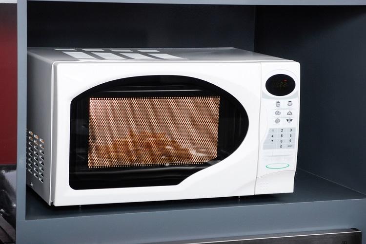 O forno micro-ondas utiliza a interação de ondas eletromagnéticas com a matéria para promover o aquecimento dos alimentos