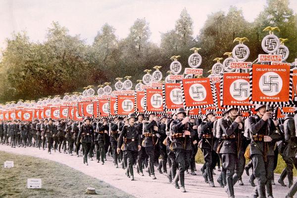 Tropas SS (Schutzstaffel) em marcha na Alemanha em 1933. Os grupos de extermínio estavam submetidos a SS.*