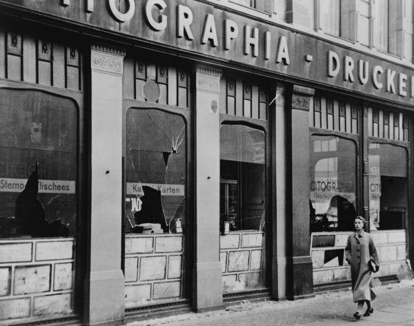 Vidraçaria da loja de um judeu destruída após o ataque conhecido como Noite dos Cristais.